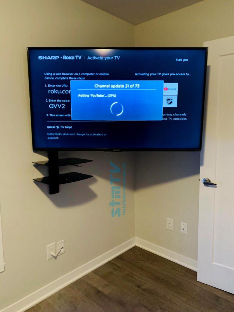 tv sur mur avec tablette pour recpeteur