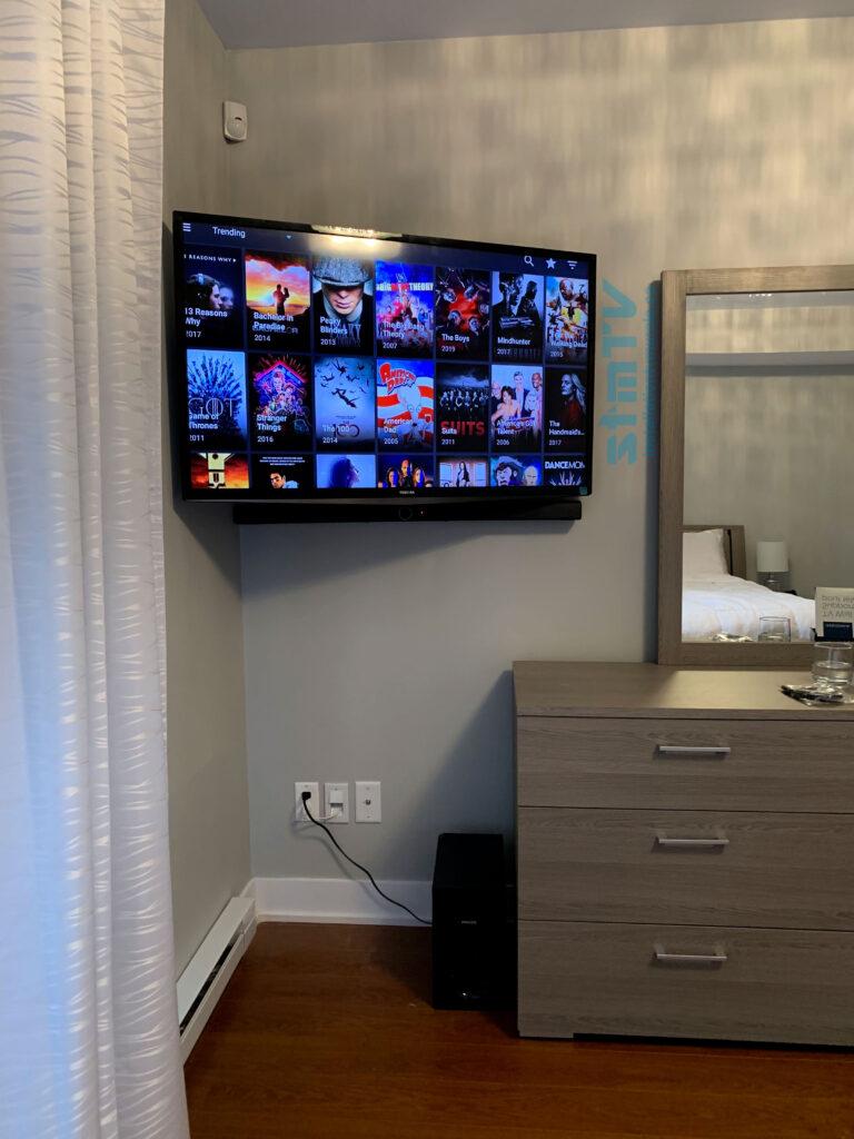 tv en coin sur support murale