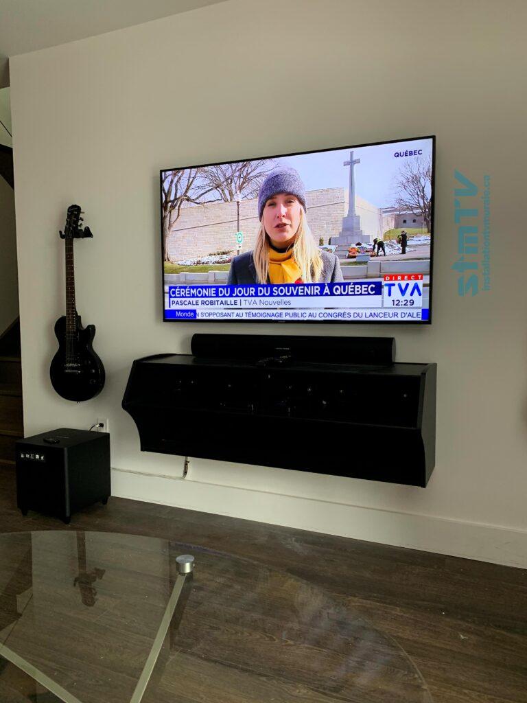 télévision accrocher au mur avec meuble suspendu