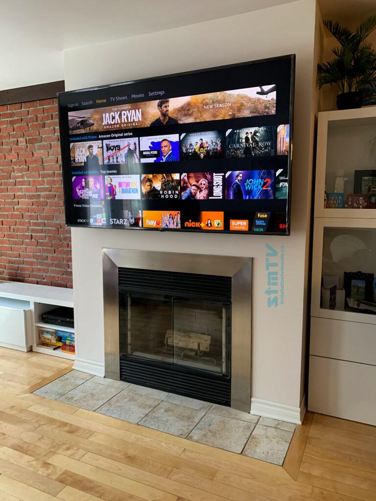 tv sur mur au dessus de fireplace