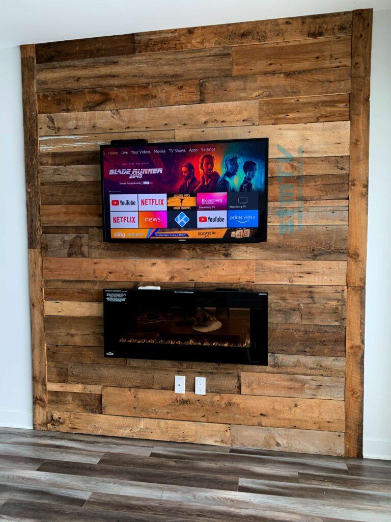 Installation de tv sur bois décoratif